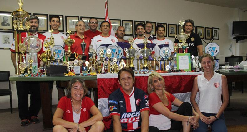 Representantes de cada actividad y los trofeos obtenidos este año