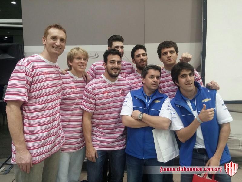 Los jugadores tatengues junto a Norberto Fontana y