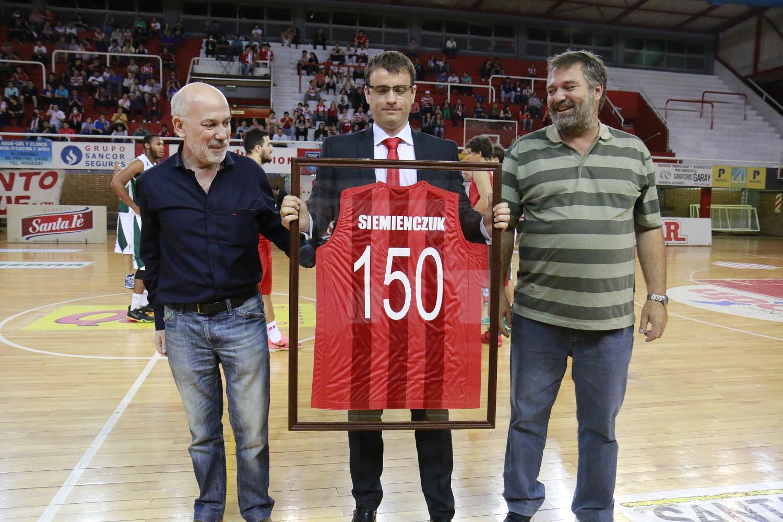 El Dt. Siemienczuk tras recibir su merecido reconocimiento en manos de Cecotti y Fessia, dirigentes del basquet.