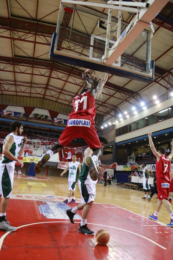 Eric Tramiel en volcada tras un gran juego suyo y del equipo. Foto: Gonzalo Sejas (para Prensa Unión)